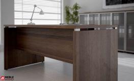Detal aluminiowy podkreślający lekkość biurka