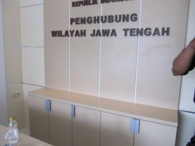front desk sekat ruang lobi kantor huruf timbul furnture semarang (4)