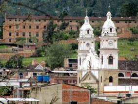 La iglesia y el monasterio al fondo