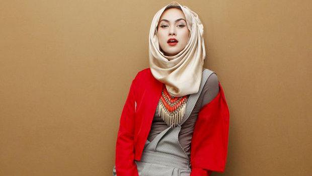 الأحمر مع الحجاب أناقة أم مبالغة