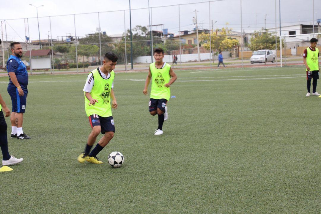 futbolistas dando pases de fútbol bajo ordenes de entrenadores españoles de La Liga123
