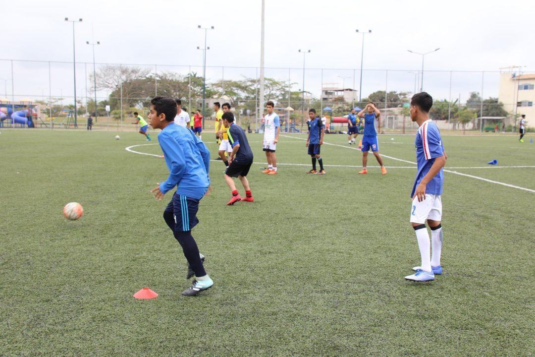 Ejercicio de control y pase a las ordenes de entrenadores con metodología europea de fútbol