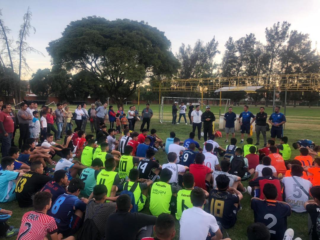 grupo de jugadores bolivianos haciendo pruebas para fútbol de España
