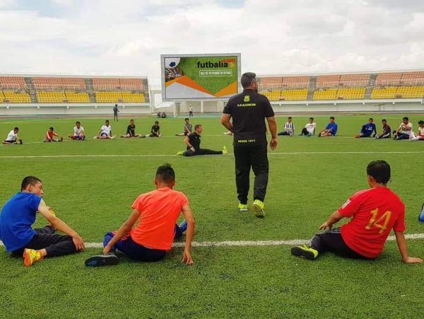 futbalia realizando un draft o pruebas de fútbol en estadio de fútbol