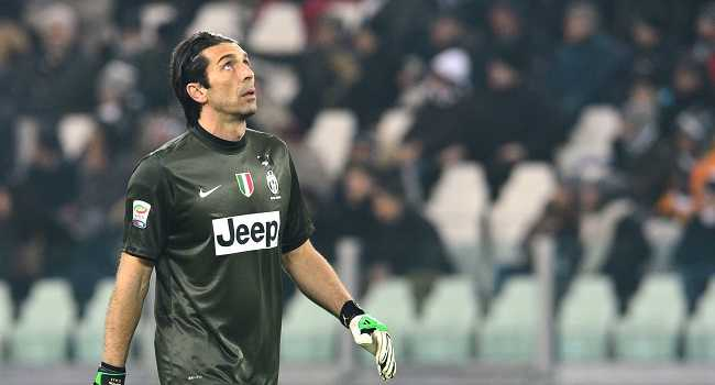13562335_Juventus-goalkeeper-Gianluigi-Buffon-looks-on-during-their-Seria-A-football-match-between-