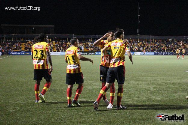Yéndrick Ruiz celebra con sus compañeros tras el primer gol del encuentro.