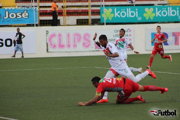 Christian Lagos es derribado en el área para el primer penal del juego.