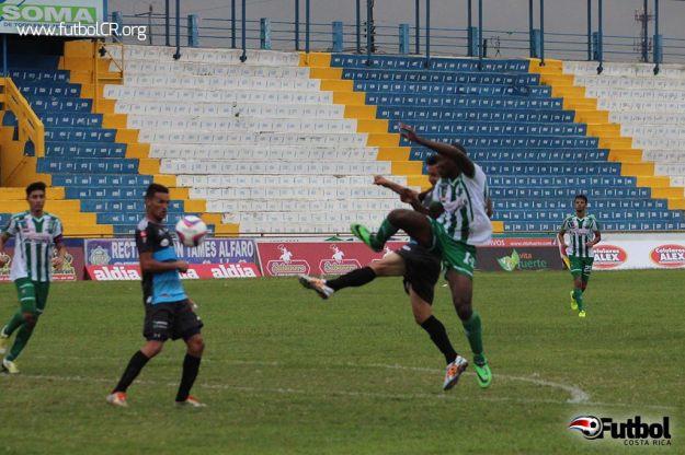 Edder Nelson intenta un remate en una de las pocas aproximaciones de Limón FC en el segundo tiempo.