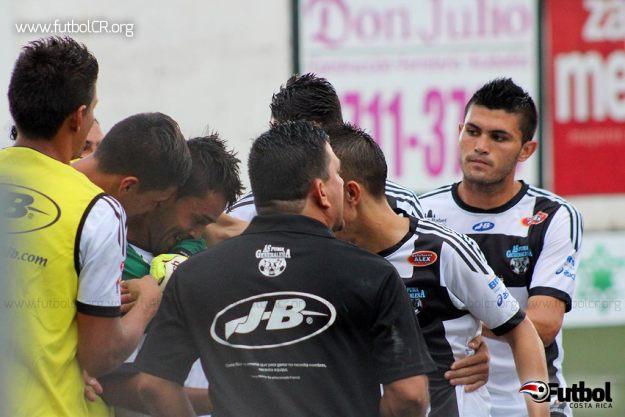 Jugadores de AsPuma y el técnico Edgar Carvajal celebran la primera anotación del encuentro, al 5'.