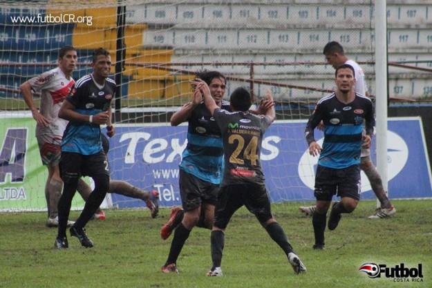Marvin Chinchilla celebra su regreso al gol en primera, el empate del juego, con Valderramos quien ingresó en la segunda mitad.