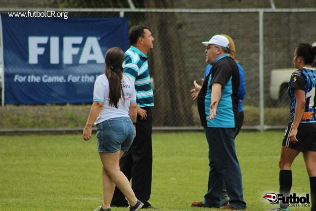 Paul Mayorga observa la gresca mientras recibe los reclamos del gerente del equipo.