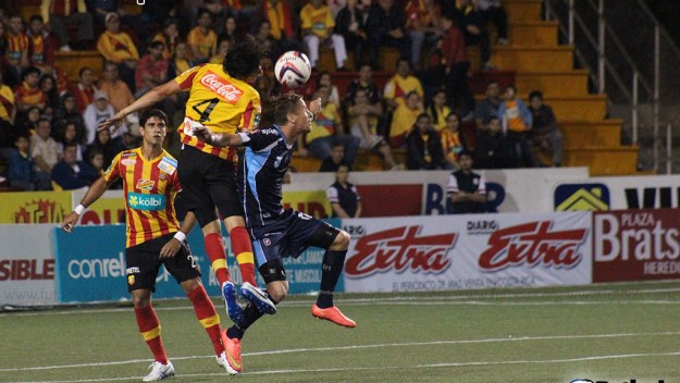 Montero y Vargas disputan un balón durante el segundo tiempo del encuentro de esta noche en Heredia