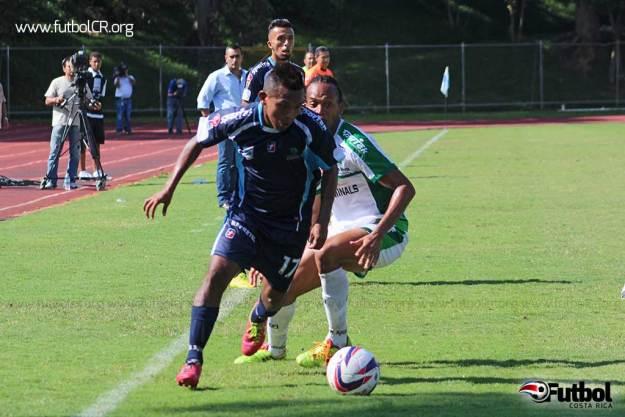 Yader Balladares gana un balón a Lemark Hernández durante el segundo tiempo del encuentro UCR v. LFC.