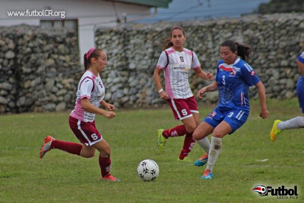 Gloriana Villalobos junto con Cristine Granados lideraron la goleada ante Cartago ayer, en la cancha de Barrio el Carmen de Cartago.