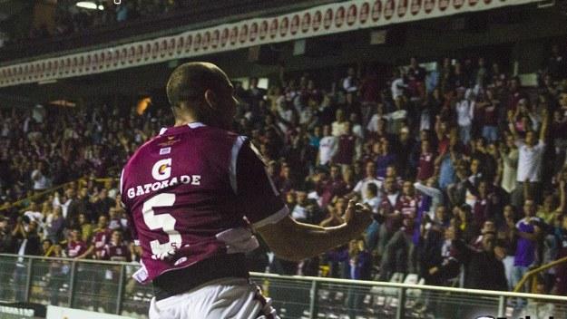 Alexander Robinson celebra el gol del empate en casa