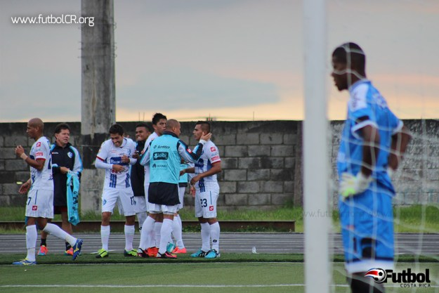 Andrés Lezcano celebra con sus compañeros ante la decepción del arquero Parker, de buena actuación.