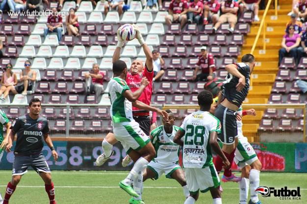 Román Arrieta destacó con sus tapadas e impidió que Saprissa marcara más goles.
