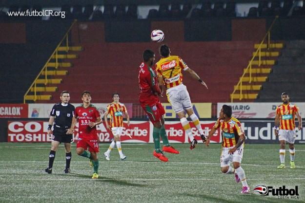 Darío Delgado disputa en juego aéreo con Ruiz durante el primer tiempo del juego.