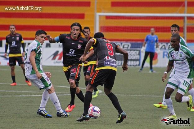 José Cancela conduce el balón hacia Leonardo Adams, en acción del segundo tiempo del juego.