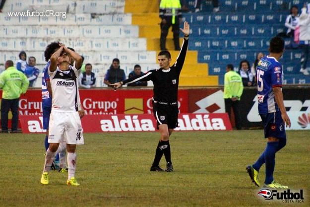 El fuera de juego que pita el árbitro tras la anotación de AS Puma.