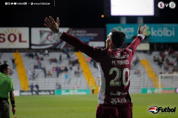 Mariano Torres levanta los brazos en celebración del primero de dos en la noche. Foto: Steban Castro