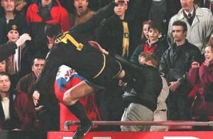 Cantona haciendo 'Kung-Fu' en 1995  contra un hincha del Crystal Palace