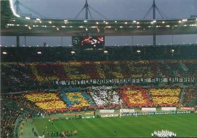 La afición del Lens en el Stade de France durante la temporada 97/98