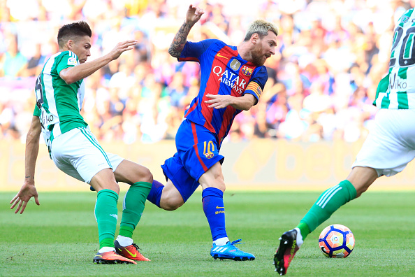 Barcelona's Argentinian forward Lionel Messi (C) vies with Betis' French midfielder Jonas Martin during the Spanish league football match FC Barcelona vs Real Betis Balompie at the Camp Nou stadium in Barcelona on August 20, 2016. / AFP / PAU BARRENA        (Photo credit should read PAU BARRENA/AFP/Getty Images)