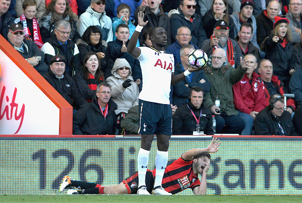 Momento en que Arter se queja del presunto codazo por parte de Sissoko. BOURNEMOUTH, ENGLAND - OCTOBER 22: Harry Arter of AFC Bournemouth (R) reacts to being elbowed by Moussa Sissoko of Tottenham Hotspur (L) during the Premier League match between AFC Bournemouth and Tottenham Hotspur at Vitality Stadium on October 22, 2016 in Bournemouth, England. (Photo by Mike Hewitt/Getty Images)