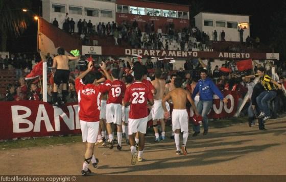 Los jugadores ofrendan a la hinchada el ascenso obtenido. el ECO tiñó de rojo...