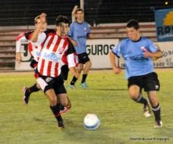 Sacco, el goleador y mejor exponente albirrojo disputa el balón con un marcador celeste