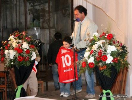 De Palleja recibiendo reconocimiento junto a su hijo