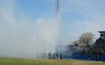 Una nube de humo acompaño al decano maragato en su entrada al campo