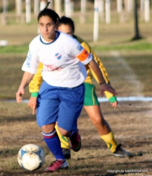 La capitana de Nacional, Jacqueline Larrosa se lleva la pelota con prestancia marcada por una jugadora de Atlántida