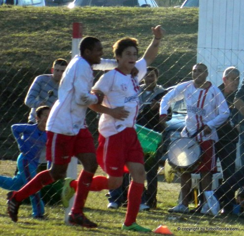 Castillo ya festeja su gol. Lo sigue Ledesma
