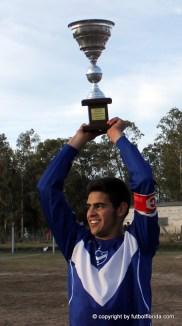 Copa en alto. Mathias Alvarez muestra el trofeo