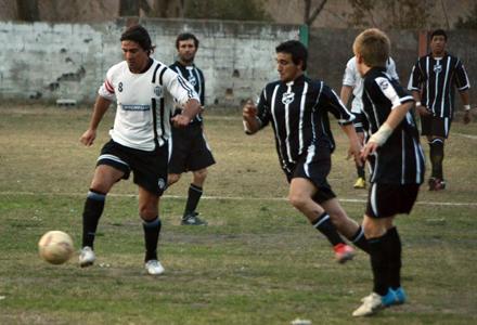 Nico Castillo avanza con pelota marcado por un jugador bohemio. Foto El Acontecer