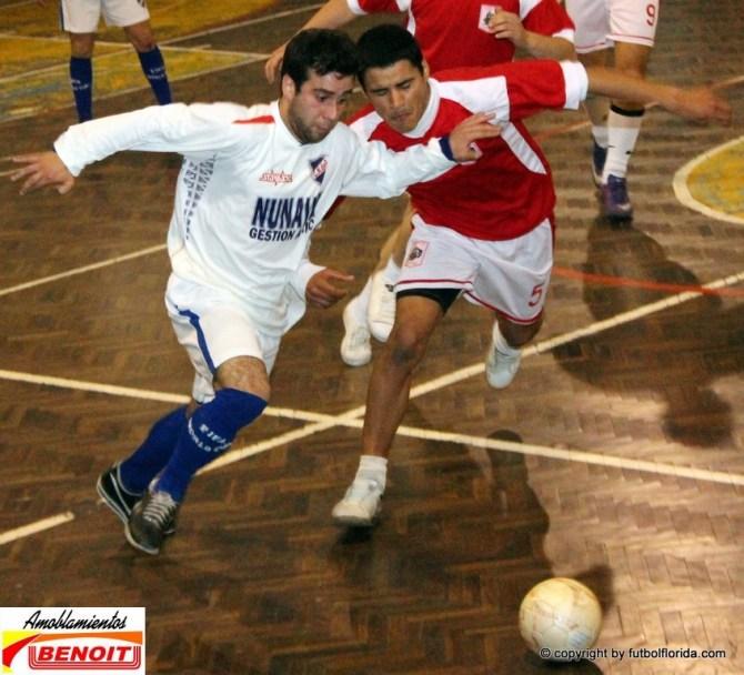 Berrondo de Nacional y Martinez de Candil pugnan por el balón. Foto Fanny Ruétalo