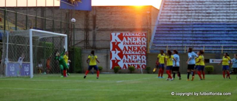 El gol de Romina Alanis de cabeza. El balon ya va caminoa a la red