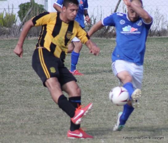 Alanis de Peñarol despeja ante la marca del implacable Baleztena