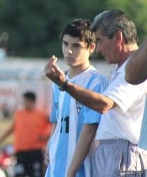 Ariel Petrullo dando indicaciones a uno de sus dirigidos.