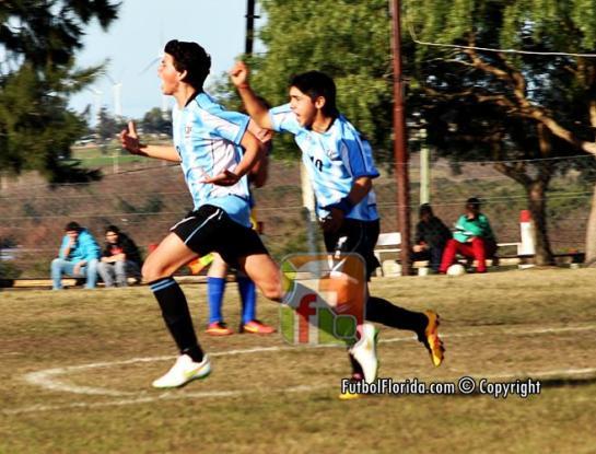 Rodrigo Flores grita el gol de apertura seguido por Dilan Carrato