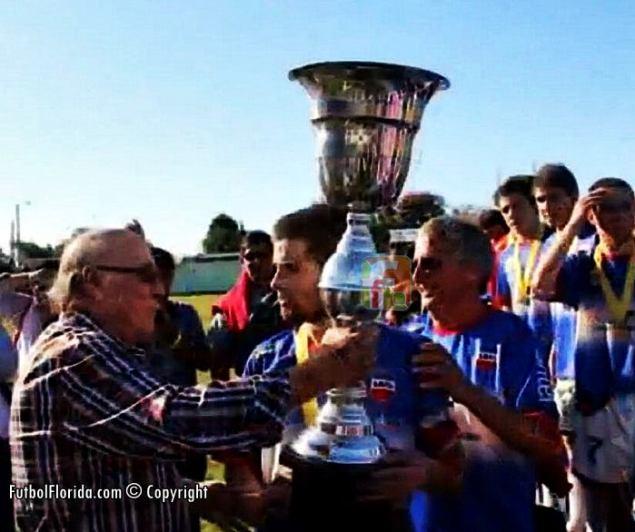 Entregando la Copa que llevaba su nombre a Germán Fernandez de Lavalleja