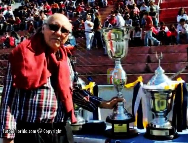 DonAntonio Raul Rodriguez con la Copa de Juveniles que llevara su nombre
