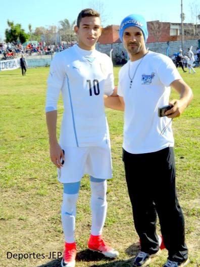 Juan M Sanabria con un hincha. Foto Jose E Paz