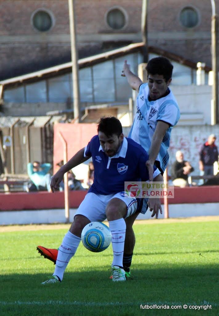 Ruetalo cubre el balón marcado por Barreiro. Foto Fanny Ruetalo