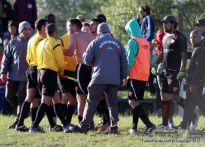 Los jugadore de Mendoza le reclama a Fagundez. Foto Emilia Spinelli