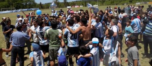 Jugadores y allegados albicelestes levantaron las copas del Clausura y de la temporada. Foto: Romina Amaro.