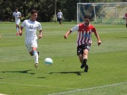 Diego 'Tabaco' Torres y Braian Rodríguez disputan la pelota. Foto: Patricia D'Elía.