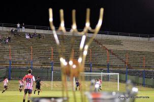 De reojo la Copa espera por el campeón. Foto Ramón Mesías